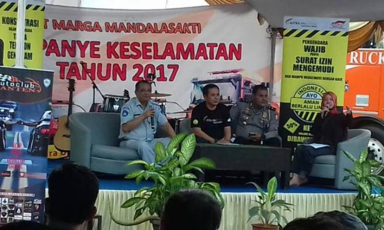 PT Marga Mandala Sakti atau Astra Infra Toll Road Tangerang-Merak menggelar Kampanye Keselamatan tahun 2017 di KM 68, Bogeg, Kota Serang, Rabu (12/6/2017). (Foto: TitikNOL)