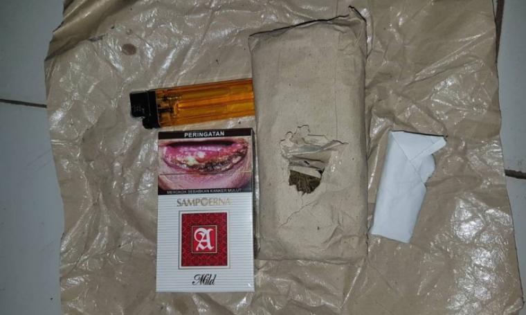 Barang bukti berupa paketan ganja yang ditemukan dari tangan tersangka. (Foto: TitikNOL)