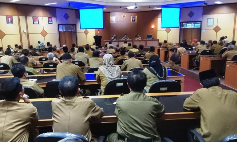 Ratusan Kepala Sekolah SMA/SMK mendengarkan arahan Gubernur Banten Wahidin Halim, di Aula Bappeda, KP3B, Kota Serang, Senin (19/6/2017). (Foto: TitikNOL)