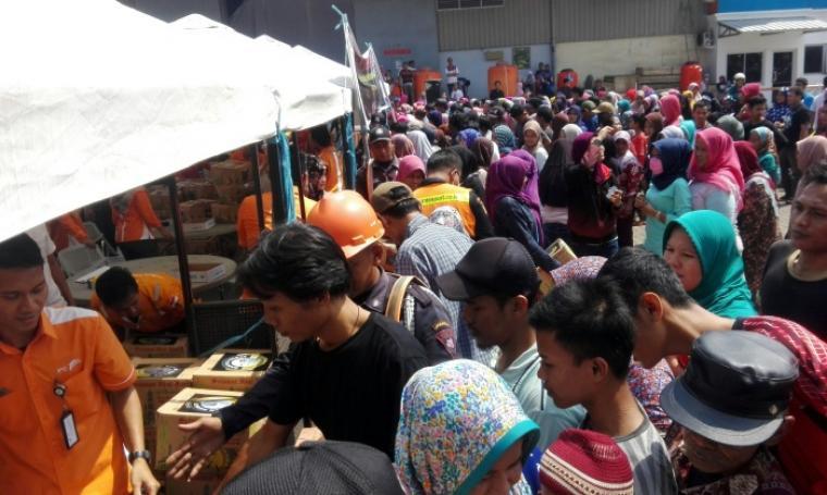 Ratusan warga terlihat mengantri untuk mendapatkan sembako murah yang digelar PT Pelindo II Banten. (Foto: TitikNOL)