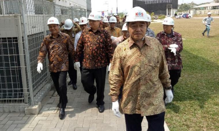 Menteri Pendustrian Airlangga Hartarto didampingi Wali Kota Cilegon Tb Iman Ariyadi saat meninjau salah satu area PT KOS. (Foto: TitikNOL)