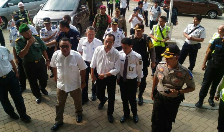 Menhub Budi Karya Sumadi bersama rombongan saat tiba di Stasiun Kereta Api Maja, Kabupaten Lebak. (Foto: TitikNOL)