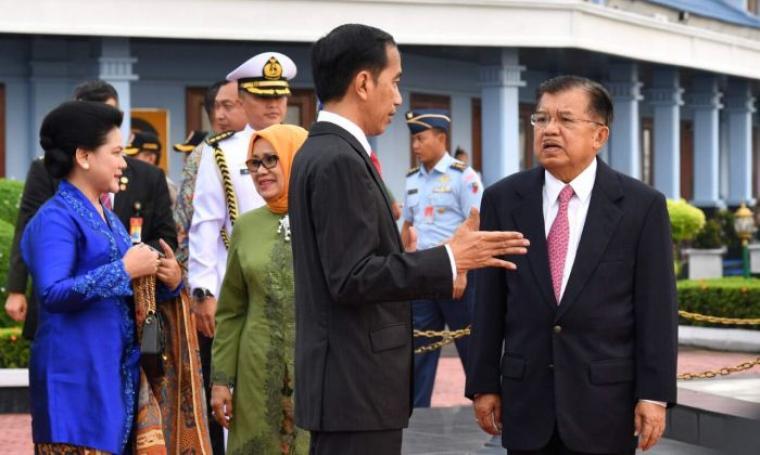 Presiden RI Joko Widodo berbincang dengan Wakil Presiden RI Jusuf Kalla sebelum keberangkatan di Pangkalan TNI AU Halim Perdanakusuma Jakarta. (Foto: Ist)