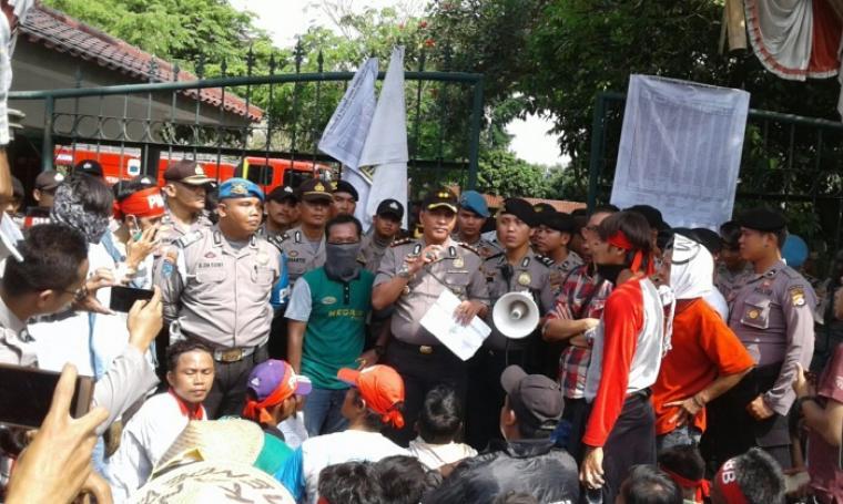 Kapolres Lebak, AKBP Dani Arianto saat menemui dan memberikan penjelasan kepada para pendemo di depan pintu gerbang kantor bupati Lebak. (Foto: TitikNOL)
