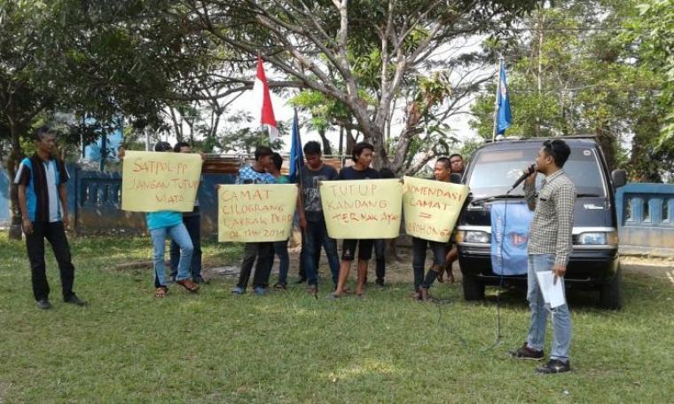 Massa LSM Bentar saat menggelar aksi demo di halaman kantor Camat Cilograng menyikapi soal maraknya kandang ayam yang tidak berizin. (Foto: TitikNOL)