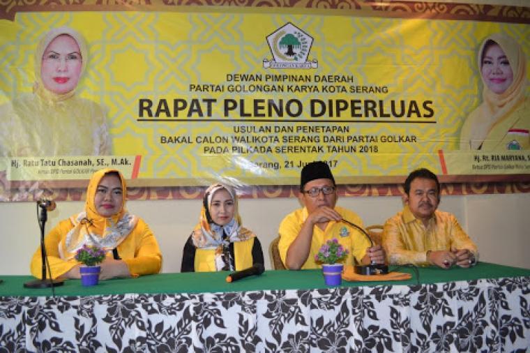 Vera Nurlaela Jaman (kedua kiri), saat hadir dalam rapat pleno DPD II Golkar Kota Serang. (Dok:rb)