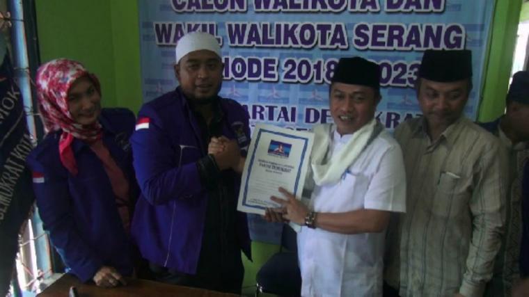 Bakal calon Wali Kota Serang Subadri Usuludin, saat mengembalikan berkas ke DPC Demokrat Kota Serang. (Foto:TitikNOL)