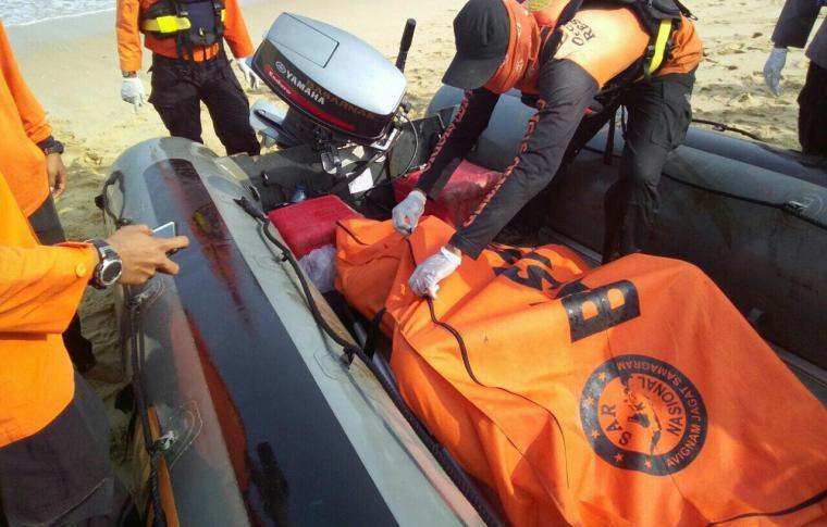 Jasad Muamar Teki Khadafi korban hanyut dan tenggelam di pantai Goa Langir Sawarna - Lebak - Banten ditemukan sudah tewas. (Foto: TitikNOL)
