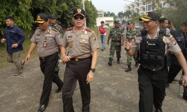 Kapolda Metro Jaya Irjen Pol Mochamad Iriawan saat mengecek lokasi penggerebakan satu ton sabu di eks Hotel Mandalika Anyer. (Foto: TitikNOL)
