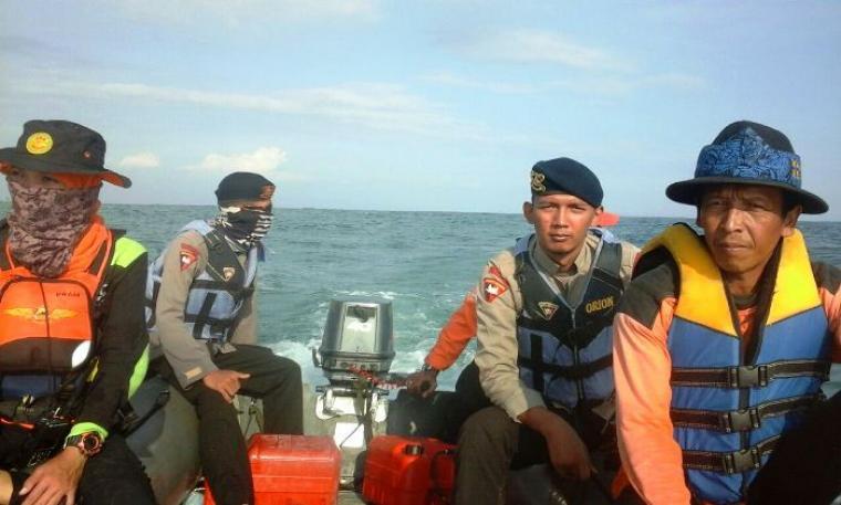 Tim penyelemat berada di atas perahu boat saat sedang mencari jasad Muamar Teki Kadafi yang hanyut di perairan Pantai Sawarna. (Foto: Its)