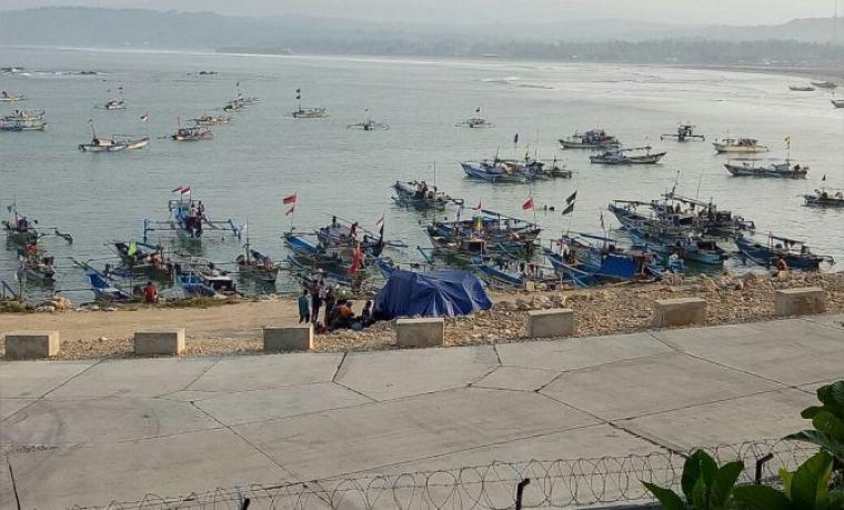 Puluhan perahu nelayan di Kecamatan Bayah, ditambatkan di dermaga milik PT Cemindo Gemilang. Hal itu dilakukan sebagai bentuk protes karena tak kunjung dibuatkan tambatan. (Foto: TitikNOL)