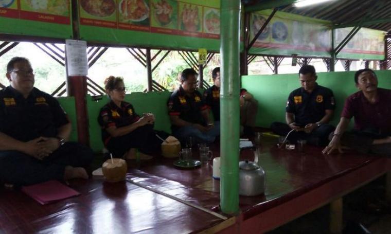 Suasana pengesahan dan pengangkatan pengurus organisasi Warung Nusantara 88 (NW 88) unit 5 Provinsi Banten di salah satu rumah makan di Kota Serang, Selasa (11/7/2017). (Foto: TitikNOL)