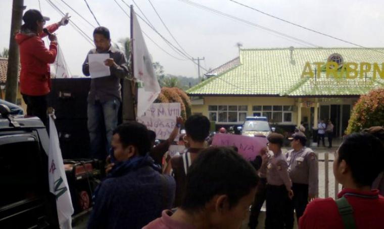 Sejumlah massa dari LSM RP-NKRI menggerlar aksi unjuk rasa di kantor ATR/BPN Lebak. (Foto: TitikNOL)