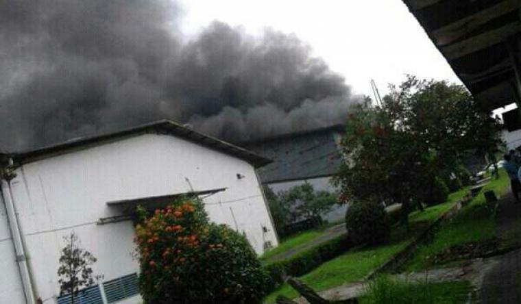 Kepulan asap hitam keluar dari salah satu bangunan pabrik di PT Ocean Asia Indonesia. (Foto: Ist)