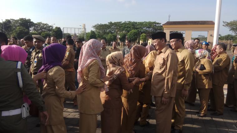 Gubernur dan Wakil Gubernur Banten Wahidin Halim-Andika Hazrumy menyalami peserta apel di Halaman Masjid Raya Albantani, KP3B, Curug, Kota Serang. (Foto:TitikNOL)