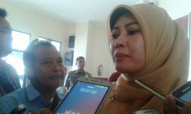 Bupati Pandeglang, Irna Narulita saat dimintai keterangan oleh wartawan. (Foto: TitikNOL)