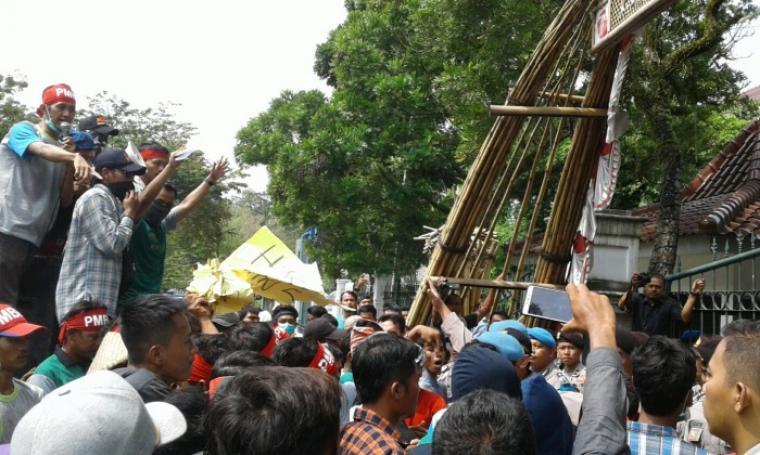 Aksi saling dorong antara pendemo dan petugas di depan kantor bupati Lebak. (Foto: TitikNOL)