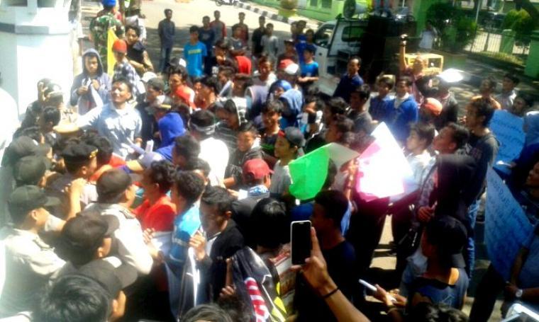 Massa aksi saat memaksa memasuki gedung DPRD Pandeglang. (Foto: TitikNOL)