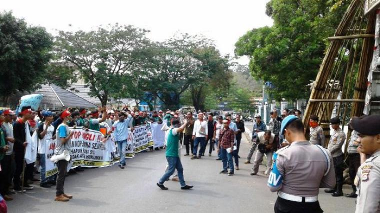 Ratusan nelayan dan pemuda yang tergabung dalam FKMMN, saat melakukan aksi unjuk rasa di depan pendopo Kabupaten Lebak beberapa waktu lalu. (Dok: TitikNOL)