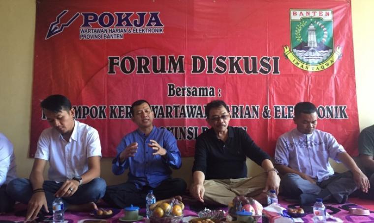 Kadis PUPR Banten Hadi Suryadi (tengah) menjadi pembicara di acara diskusi bersama Pokja wartawan provinsi, di Sekretarit Pokja di KP3B, Curug, Kota Serang, Jumat (28/7/2017). (Foto: TitikNOL)