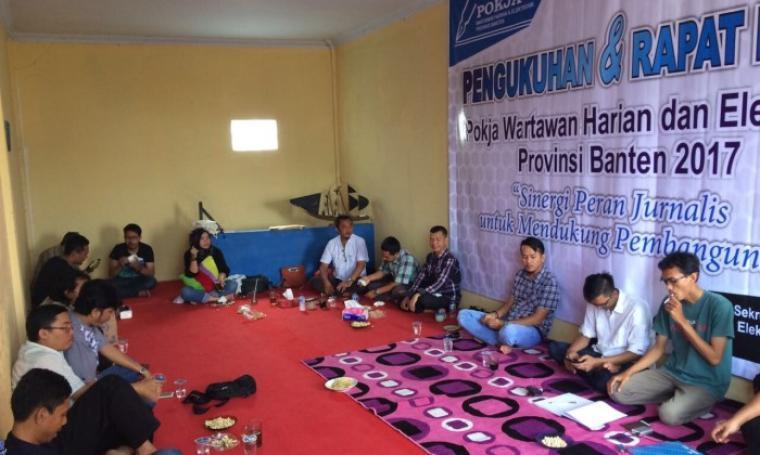 Suasana Pengukuhan Anggota Raket Pokja Wartawan Harian dan Elektronik Provinsi Banten. (Foto: TitikNOL)