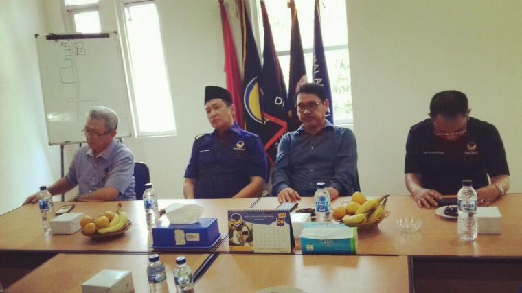 Bakal calon Wali Kota Serang Ranta Soeharta, saat mengembalikan berkas ke DPW NasDem Banten. (Foto: TitikNOL)