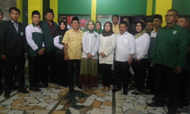 Tb Haerul Jaman dan Bacawalkot Serang Vera Nurlaela Jaman berfoto bersama Ketua DPC PKB Wahyu Papat serta jajaran pengurus partai di DPC PKB Kota Serang. (Foto: TitikNOL)