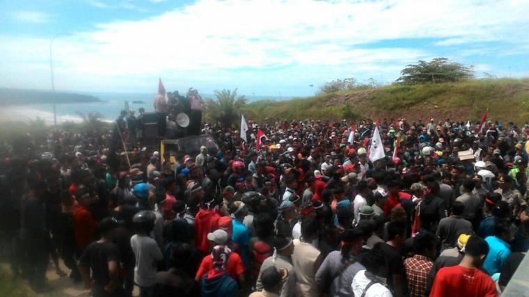 Warga Kabupaten Lebak melakukan aksi unjuk rasa di halaman PT. Cemindo Gemilang produsen Semen Merah Putih yang berlokasi di Desa Darmasari, beberapa waktu lalu. (Dok: net)