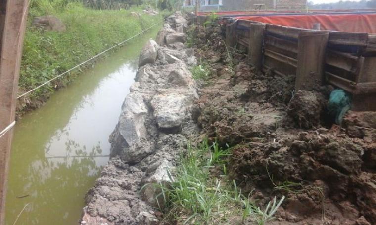 Pembangunan parit di areal persawahan Desa Dukuh, Kecamatan Kragilan, Kabubaten Serang. (Foto: TitikNOL)