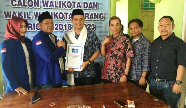 Wahyudin Djahidi saat menyerahkan formulir ke DPC Demokrat Kota Serang. (Foto: TitikNOL)