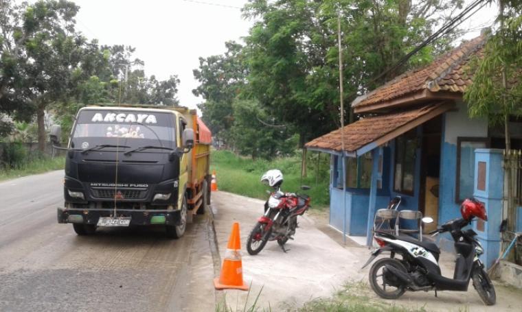Kendaraan Truk angkut pasir basah di depan pos TPR Dishub di Jalan Maulan Hasanudin - Kadu Agung Timur, Kecamatan Cibadak tak ditilang oleh oleh petugas Dishub. (Foto: TitikNOL)
