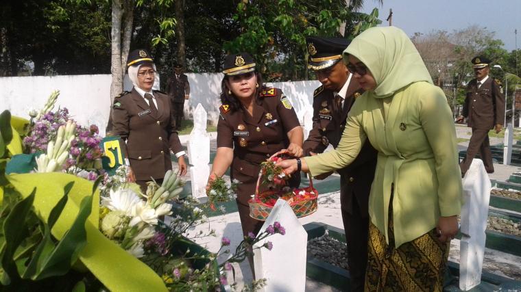 Kepala Kejari Lebak Rini Hartati, melakukan tabur bunga di komplek TMP Pasir Tariti, Rangkasbitung. (Foto: TitikNOL)