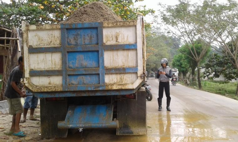 Kendaraan Truk Pengangkut Pasir Basah yang dikemudikan Sobur saat berhenti dibilangan Situ Pelayangan, Kecamatan Cimarga. (Foto: TitikNOL)