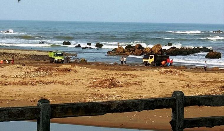 Aktivitas penambangan pasir laut secara ilegal di Muara Sungai Cihara, Lebak - Banten kembali marak. (Dok: TitikNOL)