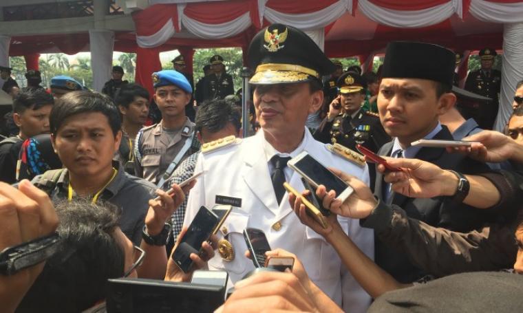 Gubernur Banten Wahidin Halim memberikan keterangan kepada wartawan usai upacara di Alun-Alun Barat, Kota Serang, Senin (10/7/2017). (Foto: TitikNOL)