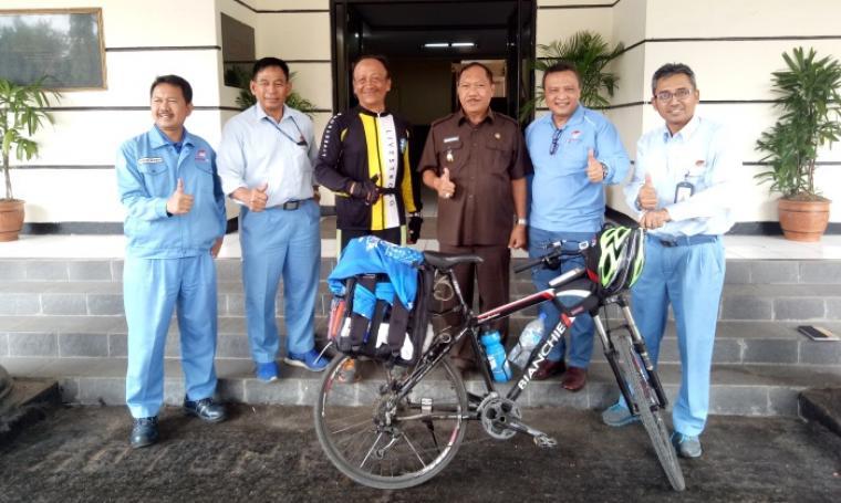 Nur Asyanto foto bersama dengan Wakil Wali Kota Cilegon Edi Ariadi. (Foto: TitikNOL)