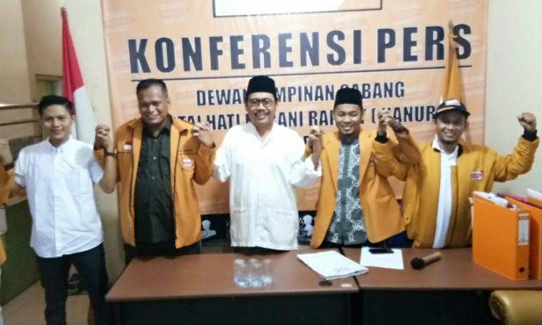 Ranta Soeharta berfoto bersama dengan pengurus DPC Hanura Kota Serang. (Foto: TitikNOL)