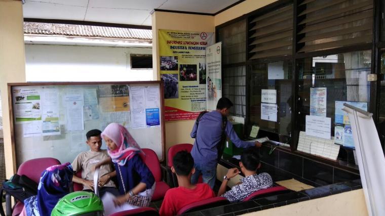 Sejumlah pencari kerja saat mengurus kartu kuning di loket yang ada di kantor Disnakertrans Lebak. (Foto: TitikNOL)