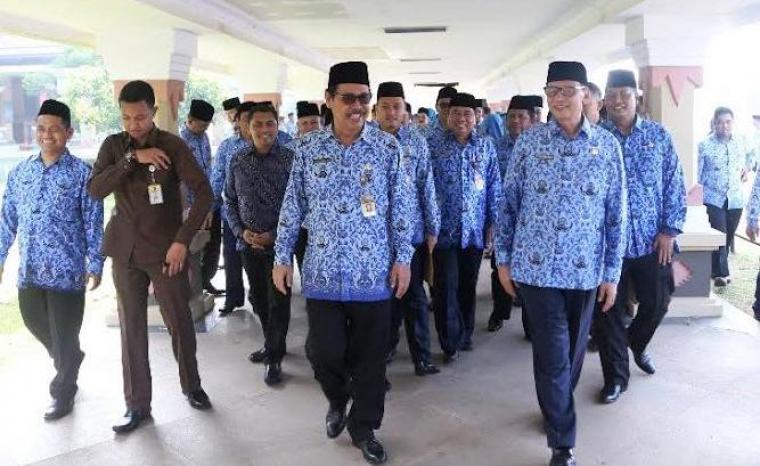 Sekda Banten Ranta Soeharta, mendampingi Gubernur Banten Wahidin Halim dalam sebuah acara. (Dok:rb)