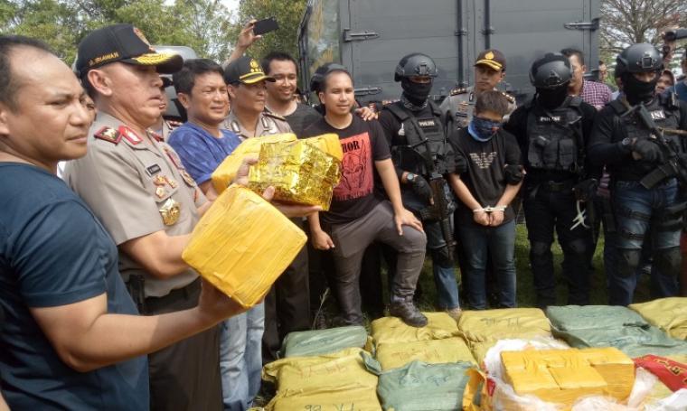 Kapolda Metro Jaya Irjen Pol Mochamad Iriawan menunjukan barang bukti berupa sabu beserta menghadirkan salah satu tersangka penyeludup. (Foto: TitikNOL)