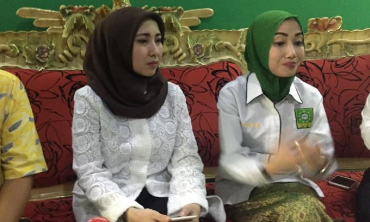 Bakal Calon Wali Kota (Bacawalkot) Serang Vera Nurlaela Jaman berbincang dengan pengurus partai di DPC PKB Kota Serang. (Foto: TitikNOL)