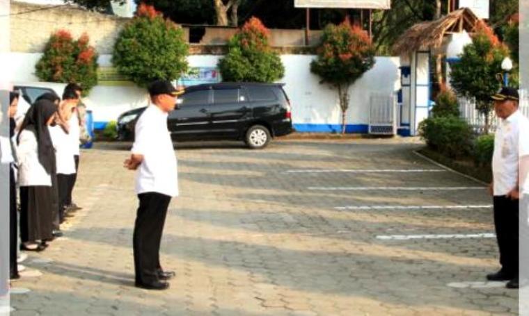 Pj Sekda, Feri Hasanudin saat melakukan inspeksi mendadak ke Disdukcapil Pandeglang. (Foto: Ist)