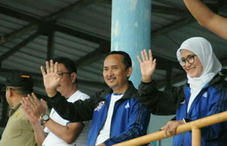 Bupati dan Wakil Bupati Lebak Iti Octavia Jayabaya dan Ade Sumardi, saat melambaikan tangan ke peserta Porkab Lebak. (Dok: net)