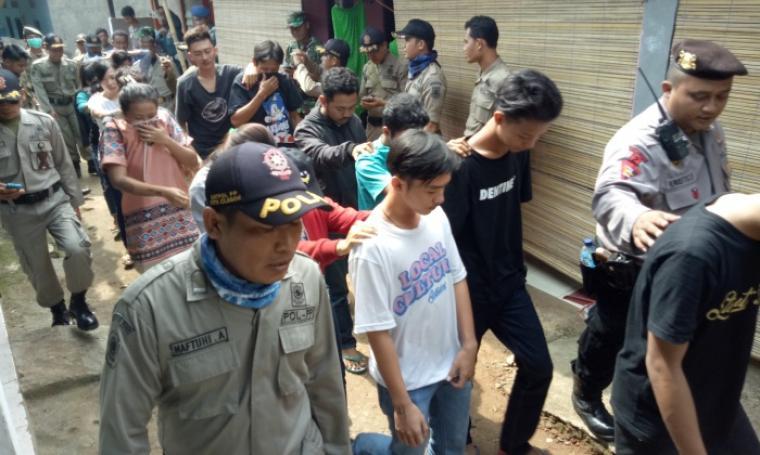 Petugas saat menggelandang penghuni kosan dan kontrakan yang tidak memiliki identitas di wilayah Kecamatan Cibeber. (Foto: TitikNOL)