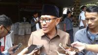 Walikota Serang Syafrudin saat membesuk Kapolsek Menes Kompol Dariyanto di RS Sari Asih Serang. (Foto: TitikNOL)