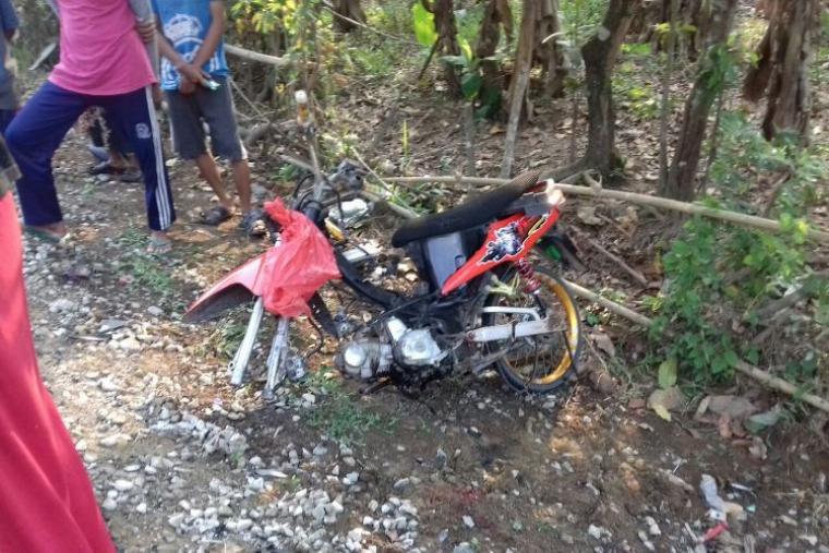 Sepeda motor bernomor polisi B 3440 SKD milik korban kecelakaan di Jalan Raya Sukamarga - Sajira . (Foto: TitikNOL)