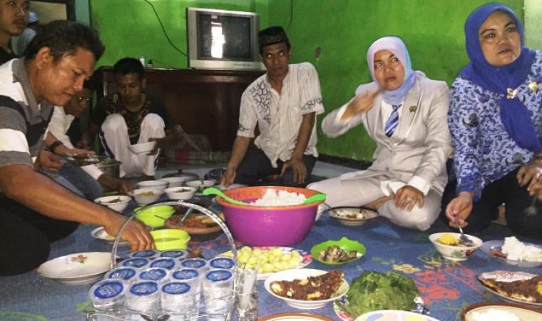 Nuraeni (kedua dari kanan), saat makan dengan sejumlah warga di Kampung Padukan Sayar, Kecamatan Taktakan, Kota Serang. (Foto: TitikNOL)