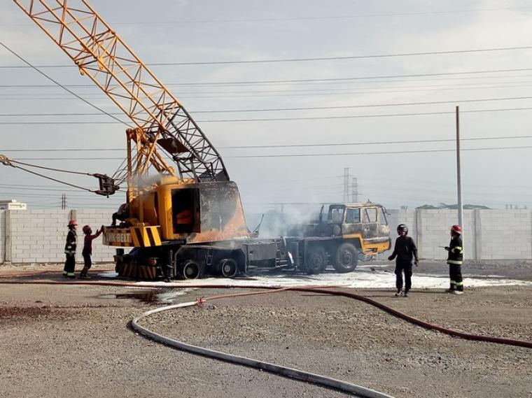 Crane milik PT Pratama Galuh Logistic hangus terbakar. (Foto: TitikNOL)