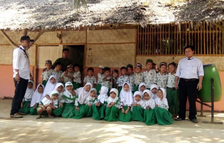 Puluhan siswa MI Nurul Hidayah di Kampung Babakan Jaha, Desa Rahong, Kecamatan Malingping belajar di gubuk. (Foto: TitikNOL)