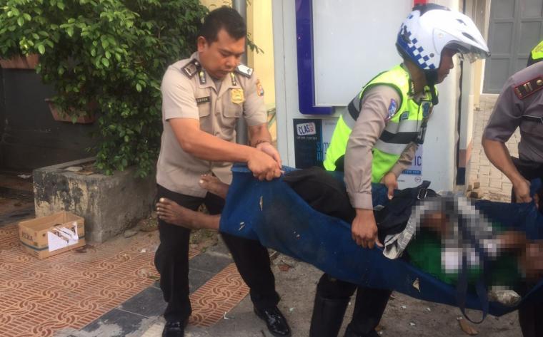 Petugas Satuan Lalulintas Polres Serang Kota saat mengevakuasi mayat tanpa identitas untuk dibawa ke RSUD dr Drajat Prawiranegara. (Foto: TitikNOL)